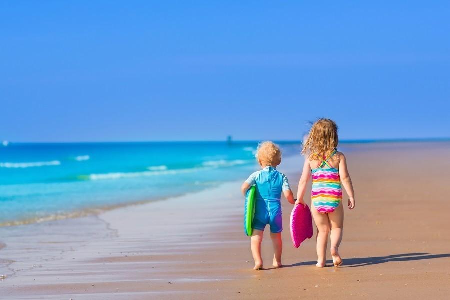 Kindjes op tropisch strand in felle kleuren