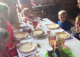 La Vieille Ecole in de Lot et Garonne, Frankrijk kinderen eten pannenkoeken La Vieille Ecole 30pluskids