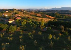 Villa Bussola in Le Marche, Italie overzicht veld Agriturismo Villa Bussola  30pluskids