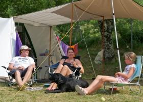 Camping les Charmilles Ardèche Frankrijk gezin bij tent 4 Camping les Charmilles 30pluskids