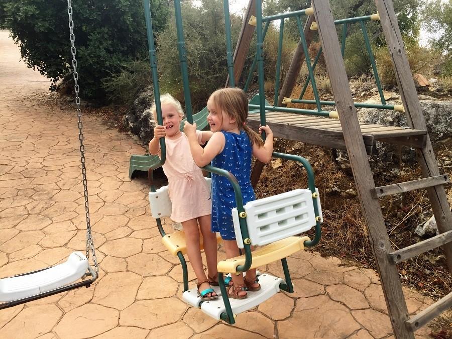Casa Lobera in Andalusie, Spanje kinderen schommelen.jpg Casa Lobera  30pluskids image gallery