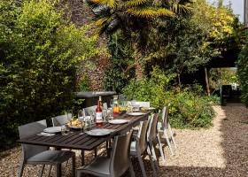 Maisons de Charme in Saint Martin de Gurson, Frankrijk eettafel in tuin Maison de Charme 30pluskids