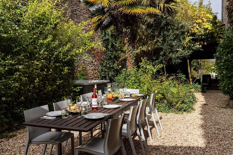 Maisons de Charme in Saint Martin de Gurson, Frankrijk eettafel in tuin Maison de Charme 30pluskids image gallery