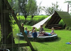 it Dreamlan in Friesland, Nederland moeder met kinderen op trampoline it Dreamlân 30pluskids
