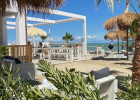 Villa Alwin Beach Resort in Cupra Marittima, Italie gezellig terras Villa Alwin Beach Resort 30pluskids