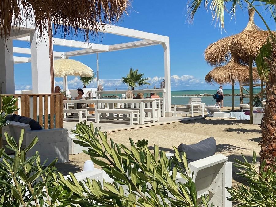 Villa Alwin Beach Resort in Cupra Marittima, Italie gezellig terras Villa Alwin Beach Resort 30pluskids image gallery