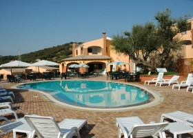 Tritt Sardinie Borgo Troni zwembad.jpg Borgo Troni 30pluskids
