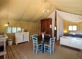 Camping Le Clou in Coux et Bigaroque-Mouzens, Frankrijk Safaritent interieur Camping Le Clou 30pluskids