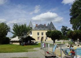 Chateau Bellegarde les Fleurs in de Haute Vienne, Limousin, Nouvelle Aquitaine, Frankrijk safaritent en zwembad Chateau Bellegarde les Fleurs 30pluskids