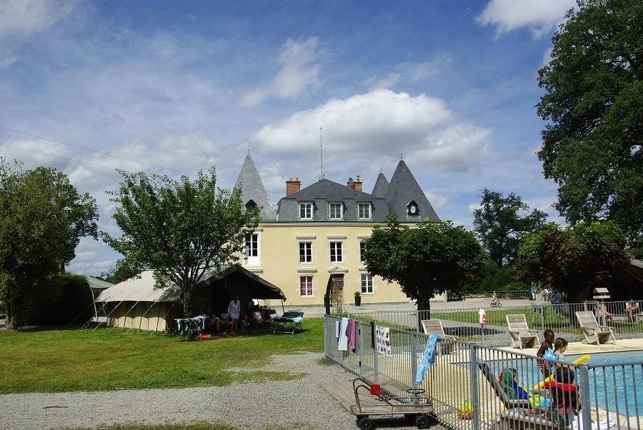 Chateau Bellegarde les Fleurs in de Haute Vienne, Limousin, Nouvelle Aquitaine, Frankrijk safaritent en zwembad Chateau Bellegarde les Fleurs 30pluskids image gallery