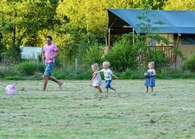 Moulin des Jarasses in de Limousin, Frankrijk voetballen met de kinderen Moulin des Jarasses 30pluskids