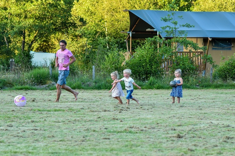Moulin des Jarasses in de Limousin, Frankrijk voetballen met de kinderen Moulin des Jarasses 30pluskids image gallery
