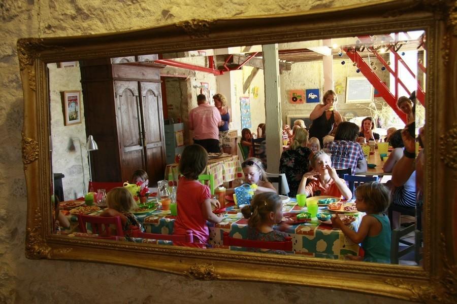 Les Escaliers de La Combe in de Lot, Frankrijk kinderen aan tafels Les Escaliers de La Combe  30pluskids image gallery