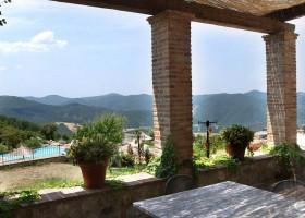 Altratoscana in Toscane, Italie uitzicht op zwembad Altratoscana 30pluskids