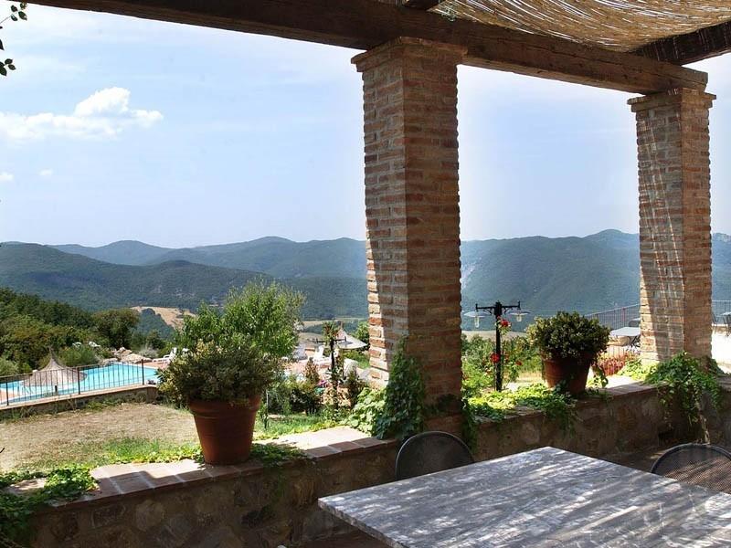 Altratoscana in Toscane, Italie uitzicht op zwembad Altratoscana 30pluskids image gallery