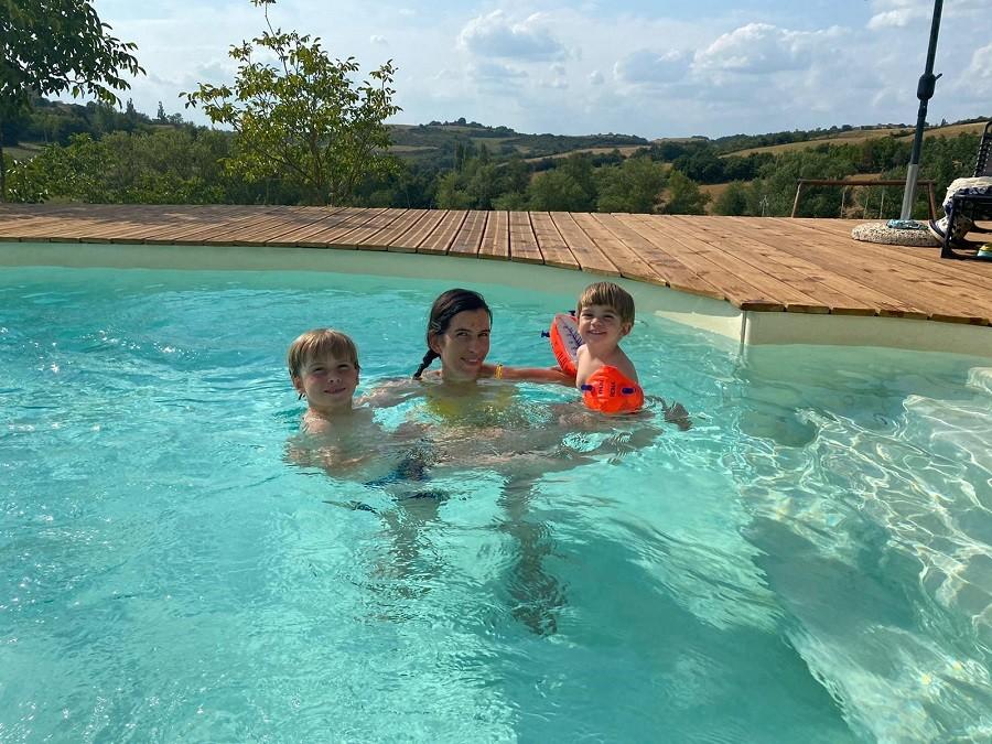 Domaine du Cammazet in Lapenne, Frankrijk gezin in zwembad Domaine du Cammazet 30pluskids image gallery