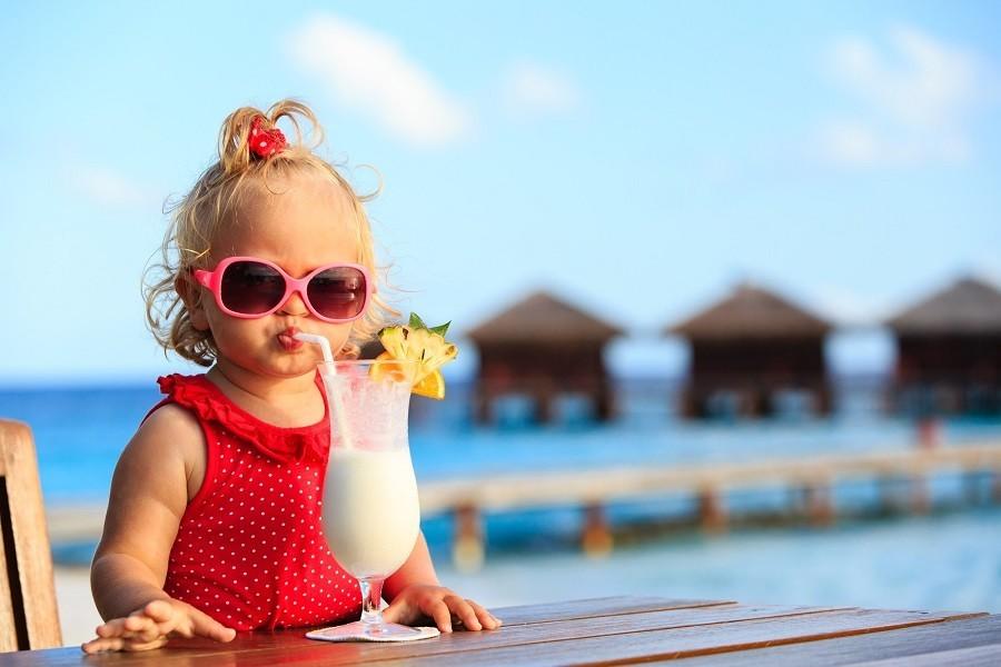 Meisje tropische cocktail kl