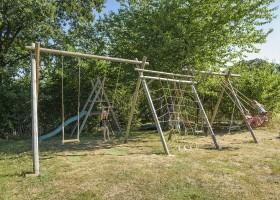 L'Etoile Dore in de Auvergne, Frankrijk speeltuin met schommels en glijbaan L'Etoile Dore  30pluskids
