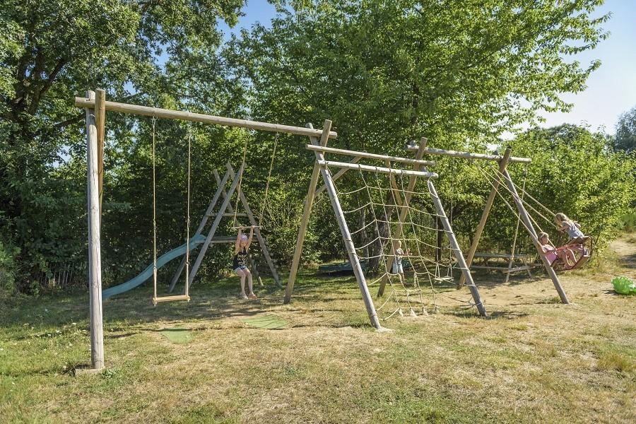 L'Etoile Dore in de Auvergne, Frankrijk speeltuin met schommels en glijbaan L'Etoile Dore  30pluskids image gallery