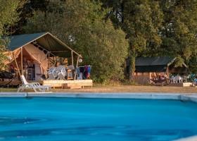 Les Cabanes de Rouffignac in Rouffignac St Cernin de Reilhac, Frankrijk - zwembad met 2 safaritenten Les Cabanes de Rouffignac 30pluskids