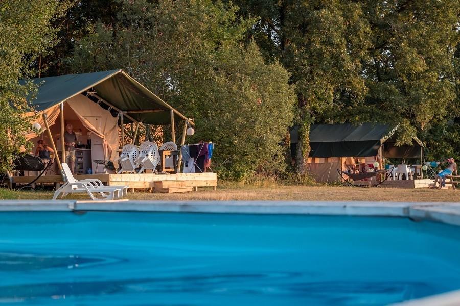 Les Cabanes de Rouffignac in Rouffignac St Cernin de Reilhac, Frankrijk - zwembad met 2 safaritenten Les Cabanes de Rouffignac 30pluskids image gallery