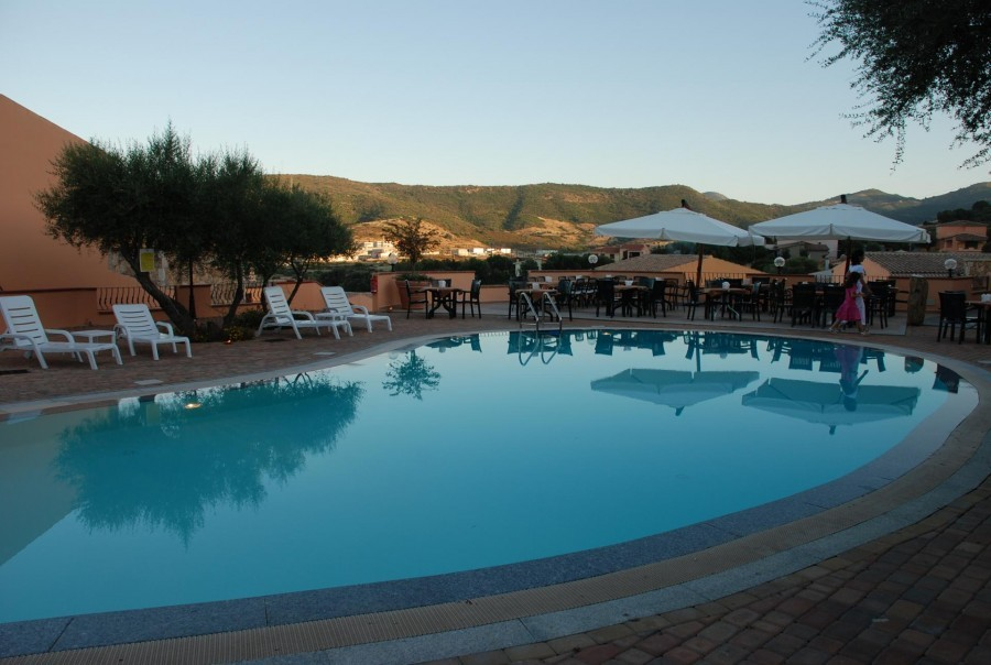 Tritt Sardinie Borgo Troni zwembad met uitzicht.jpg Borgo Troni 30pluskids image gallery