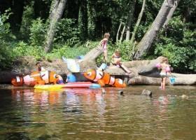 Domaine les Gandins in de Auvergne, Frankrijk kinderen spelen in water Domaine les Gandins  30pluskids