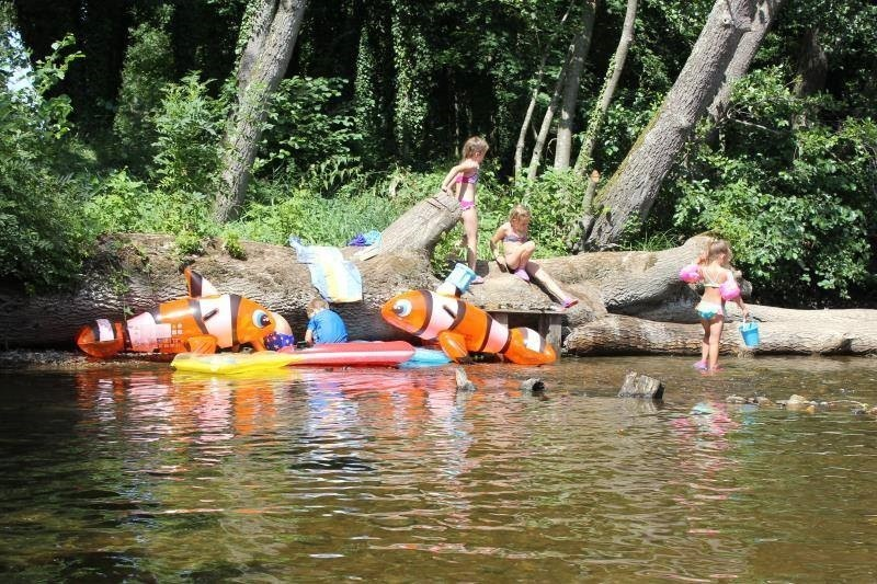 Domaine les Gandins in de Auvergne, Frankrijk kinderen spelen in water Domaine les Gandins  30pluskids image gallery