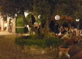 Partingoli in Toscane, Italie welkomstapericena avondsfeer Piazza Pinokkio 30pluskids