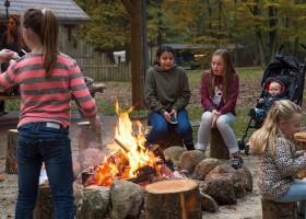 Juliette op camping 't Vlintenholt in Drenthe, Nederland kampvuur Juliette op Camping 't Vlintenholt 30pluskids