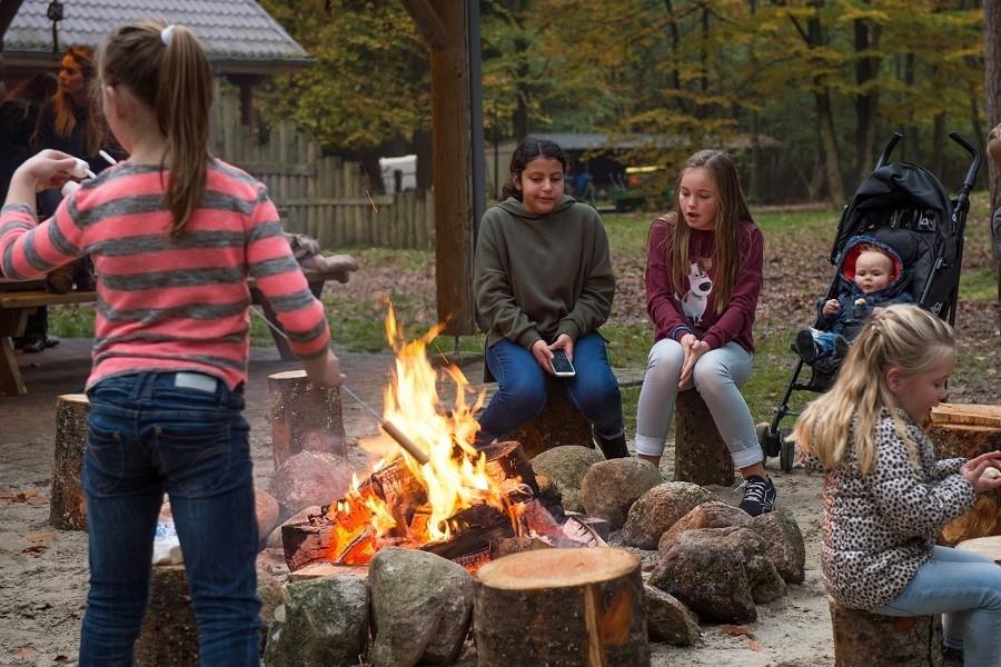Juliette op camping 't Vlintenholt in Drenthe, Nederland kampvuur Juliette op Camping 't Vlintenholt 30pluskids image gallery