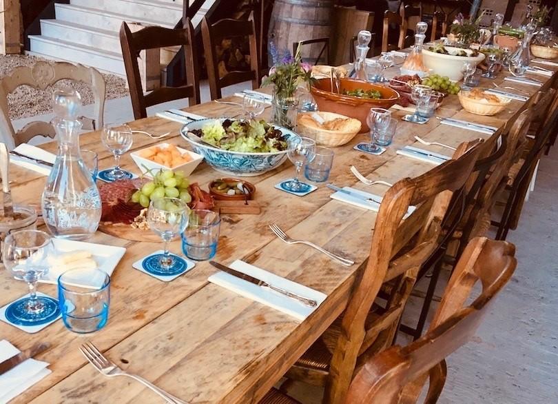 Domaine en Birbes in de Languedoc-Rousillon,  Frankrijk table Domaine en Birbès 30pluskids image gallery