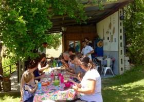 Fortuna Verde in Cossignano, Italie eten aan lange tafels Agriturismo Fortuna Verde 30pluskids