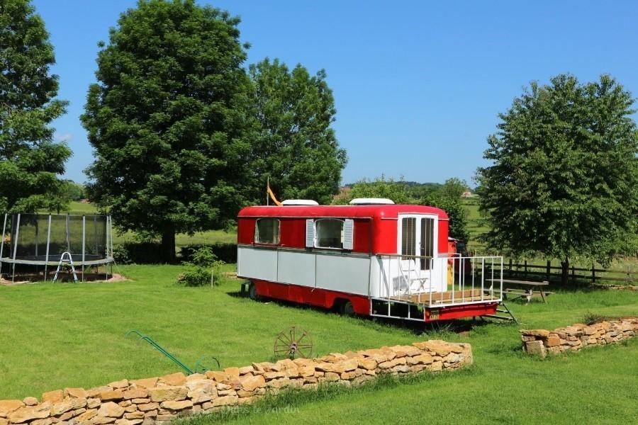Dans le Jardin in de Bourgogne, Frankrijk Kermiswagen in groene tuin Dans Le Jardin 30pluskids image gallery