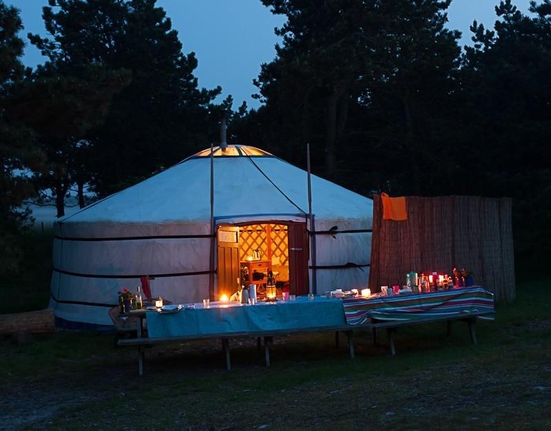 Texel Yurts op Texel, Noord-Holland, Nederland gezellige lange tafel by night