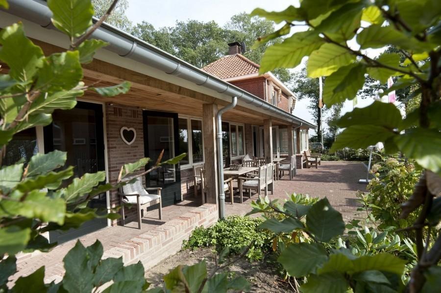 t Keampke -groepsaccommodatie-de-LindePlus-doorkijk-veranda.jpg 't Keampke 30pluskids image gallery