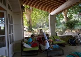 Domaine Les Platanes in Zuid-Frankrijk  le tilleul spelende kids op terras Domaine Les Platanes 30pluskids