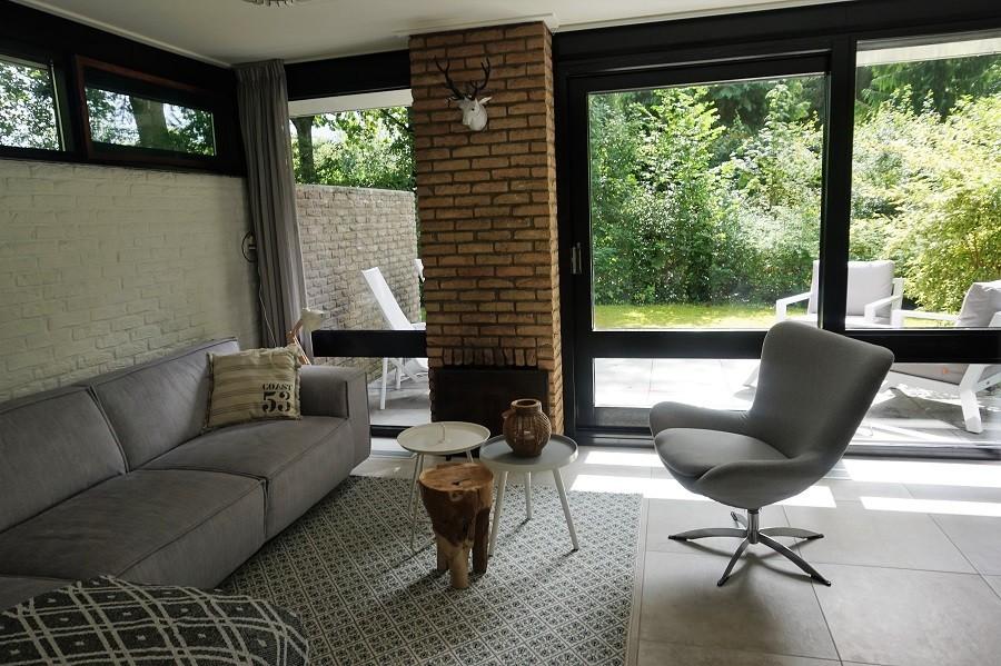 Vakantiehuis Bosbries woonkamer met uitzicht op tuin 2.jpg Vakantiehuis Bosbries 30pluskids image gallery